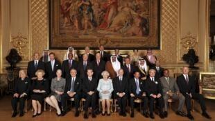 La reine Elisabeth II pose avec les têtes couronnées conviées au déjeuner célébrant son jubilé.