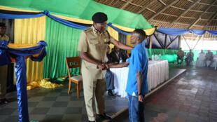 Mwanariadha Fabian Nelson akiwa na Mkuu wa Jeshi la Polisi Tanzania, Simon Sirro baada ya kupandishwa cheo.