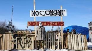Des partisans des peuples autochtones Wet'suwet'en manifestent leur opposition au passage du gazoduc sur leurs terres, le 19 février 2020 à Edmonton.