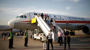 图为四川航空抵达北京机场 乘客下机 2020年6月16日