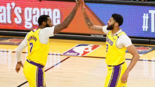 Les joueurs des Lakers Anthony Davis et Andre Drummond se congratulent au cours du 2e match du 1er tour des play-offs de NBA contre Phoenix, le 26 mai 2021 à Phoenix
