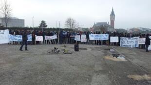 Migrantes sudaneses protestam contra violência no Darfur, em Calais.