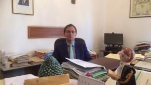 Le juge anti mafia Roberto di Bella, menacé par la N'Dranghetta, dans son bureau à Reggio de Calabre.