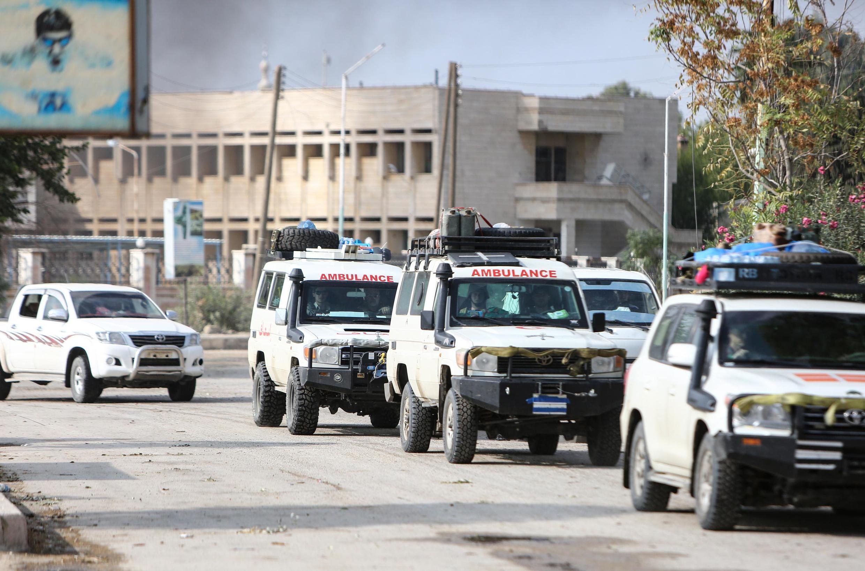 Un convoi d'ambulances évacue des soldats blessés et des membres des SDF de la ville de Ras al-Aïn, dans le nord de la Syrie, près de la frontière turque, le 20 octobre 2019.
