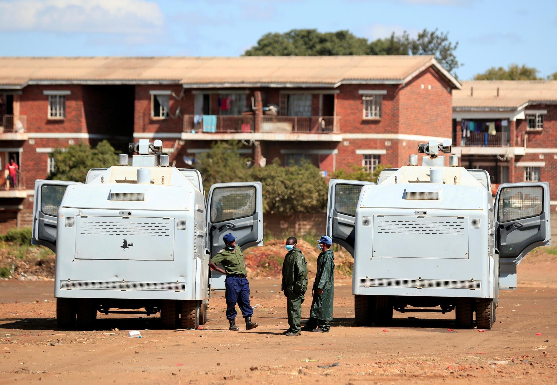 Polisi ikipiga doria wakati raia wakiendelea kuzuiliwa kutembea kwa hofu ya kuambukizwa virusi vya Corona, Harare, Zimbabwe, Aprili 3, 2020.