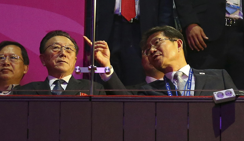 Bột trưởng Bộ Thống nhất Hàn Quốc Ryoo Kihl-jae (phải) và Kim Yang Gon trưởng ban đặc trách về Hàn Quốc của đảng Lao động Bắc Triều Tiên trên khán đài lễ bế mạc Asiad 17 ngày 04/10/2014.