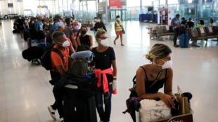 Des Français à l'aéroport Suvarnambhumi de Bangkok, le 3 avril 2020, alors que les cas de coronavirus augmentent.