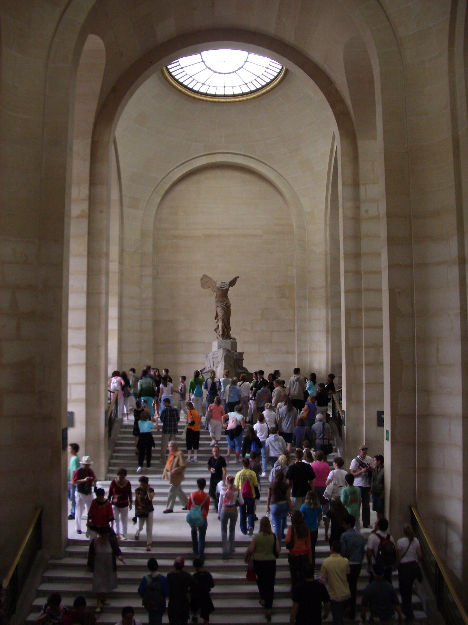 """A estátua """"Vitória de Samotrácia"""", no museu do Louvre, em Paris."""