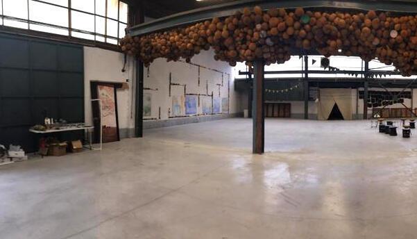 Vue panoramique (3/3) de l'espace de l'artiste camerounais Pascale Marthine Tayou à Gand, Belgique. PMT / DR