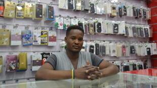 Saleh Ali Abdoulaziz, gérant d'une boutique de téléphonie dans le quartier soudanais de La Chapelle.