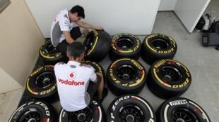 Técnicos trabalham nesta quinta-feira nos pneus de carros que participarão do circuito internacional, em Bahrain.