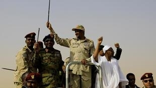 Luteni Jenerali Mohamed Hamdan Dagalo, mkuu wa baraza la kijeshi la Sudan katika Mkutano kwenye kijiji cha Aprag,tarehe juni 22 2019.