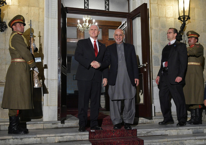 Mike Pence reçu par le président afghan, Ashraf Ghani, au palais présidentiel à Kaboul, le 21 décembre 2017.
