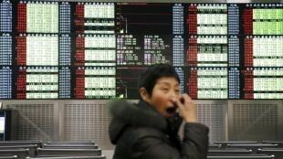 La Bourse de Shangai (photo) et celle de Shenzen ont fermé ce jeudi 7 janvier 2016 pour la journée en vertu du mécanisme de coupe-circuit automatique qui se déclenche en cas de chute trop forte.