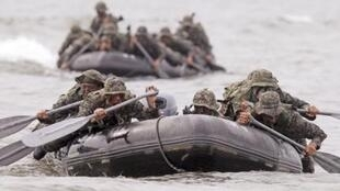 South Korean soldiers conduct a sea infiltration drill, 12 August 2010