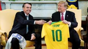 Jair Bolsonaro entrega uma camisa 10 da seleção brasileira ao presidente norte-americano, Donald Trump, em 19 de março de 2019.