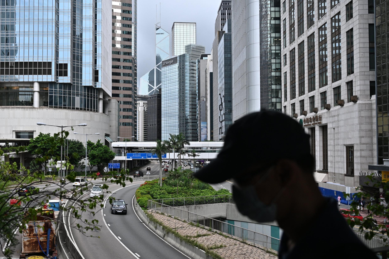 Un hombre con mascarilla camina por el distrito central de Hong Kong el 9 de julio de 2020