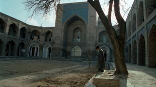 Ташкент. Внутренний двор медресе Кукельдаш. Начало 2000-х.