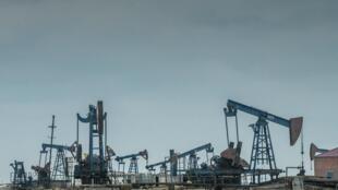 Des puits de pétrole du champ pétrolifère situé sur la côte de la mer Caspienne à l'extérieur de Bakou, en Azerbaidjan (image d'illustration).