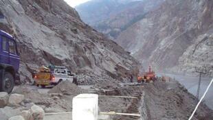 中國軍人在洞朗地區修建公路