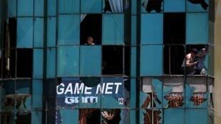 喀布尔爆炸现场附近破碎的玻璃2013年6月18日。