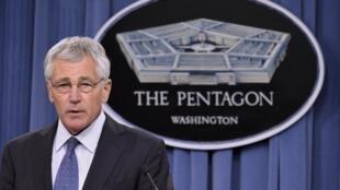 El secretario de la defensa, Chuck Hagel, explica a la prensa la política de recortes presupuestarios al ejército, Arlington, Virginia, 24 de febrero de 2014.