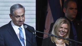 O primeiro-ministro israelense, Benjamin Netanyahu, em Tel Aviv, no dia 18 de março ao lado de sua mulher, Sara