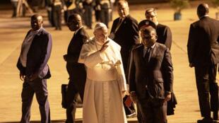 Le pape Francis (G) salue la foule aux côtés du président mozambicain Felipe Nyusi à son arrivée à l'aéroport international de Maputo le 4 septembre 2019 à Maputo, au Mozambique.