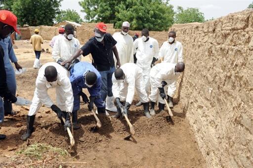 Des employés des services de la santé publique recherchent du plomb dans le sol du village de Dareta dans la région de Zamfara (Nigeria) le 7 juin 2010.