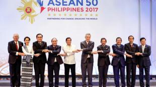 圖為東盟10國2017年峰會全家福照片