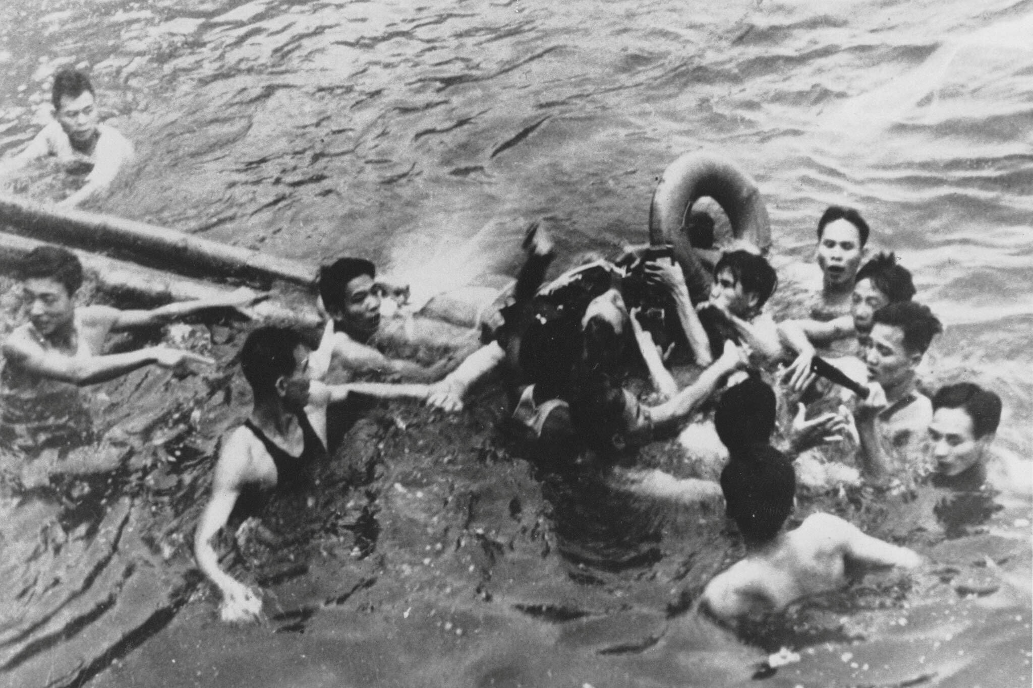 Phi công John McCain bị quân và dân miền Bắc Việt Nam kéo ra khỏi hồ sau khi nhảy dù khỏi máy bay ở Hà Nội, ngày 26/10/1967.