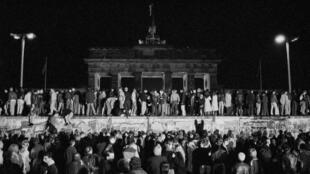 Отрезок Берлинской стены перед Браденбургскими воротами