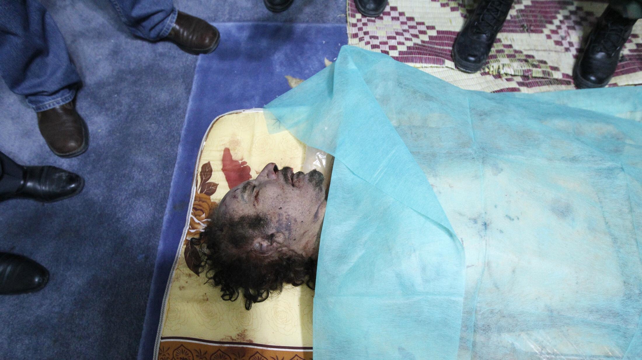 Тело Муаммара Каддафи в морге Мисураты