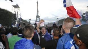 Các cổ động viên Pháp ngất ngây với chiến thắng của đội nhà trước tuyển Đức tại khu fan zone Paris ngày 07/07/2016.