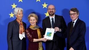 Christine Lagarde, présidente de la BCE), Ursula von der Leyen présidente de la Commission, Charles Michel président du Conseil européen, David Sassoli président du Parlement européen, posent avec le Traité de Lisbonne, à Bruxelles, le 1er décembre 2019.