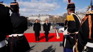 Tổng thống Pháp Emmanuel Macron (p) và chủ tịch Trung Quốc Tập Cận Bình trước đội quân danh dự tại Khải Hoàn Môn Paris (Pháp) ngày 25/03/2019.