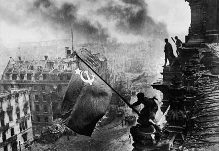 Le Drapeau rouge sur le Reichstag (Evgueni Khaldei, Berlin, 2 mai 1945).