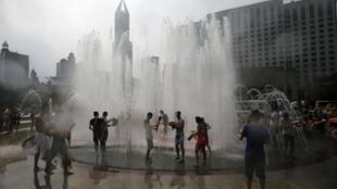 Diante das altas temperaturas, vários moradores de Shangai tentaram se refrescar nos chafarizes da cidade.
