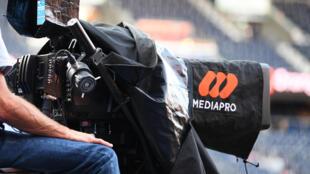El logo de Mediapro en una cámara de televisión, junto al terreno de juego del Parc des Princes en París