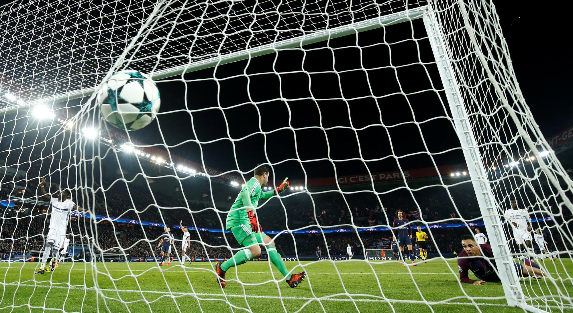 Layvin Kurzawa marca o quarto golo da noite, aquando de um jogo da Liga dos campeões PSG contra Anderlecht (5-0), em Paris a 31 de Outubro de 2017.