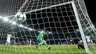 Layvin Kurzawa marque le quatrième but de la soirée, lors du match de la Ligue des champions Paris Saint-Germain contre Anderlecht (5-0), au Parc des Princes le 31 octobre 2017.