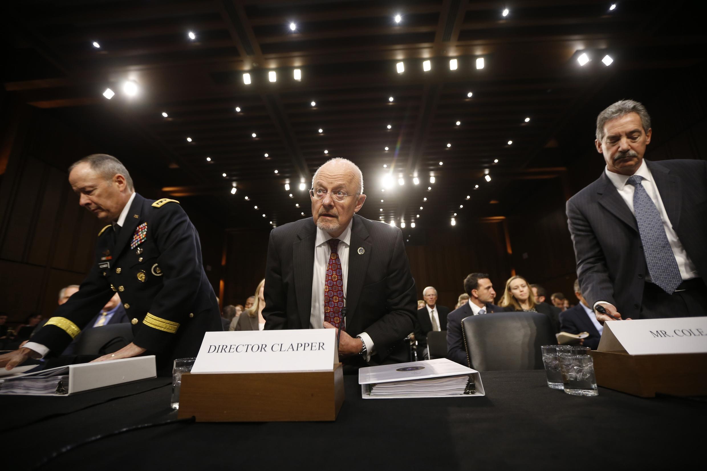 Giám đốc Tình báo Quốc gia James Clapper (giữa), Giám đốc NSA Tướng Keith Alexander (T) và Phó Tổng chưởng lý James Cole ra điều trần trước Ủy ban Tình báo Thượng viện Mỹ.