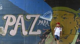 """Un graffiti reza """"Paz para el pueblo"""" en Cali, Colombia, el 22 de junio de 2016."""