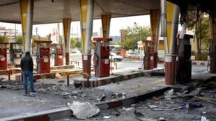 Một trạm bán xăng dầu bị người biểu tình Iran phóng hỏa trong một cuộc biểu tình tại Téhéran, ngày 17/11/2019.