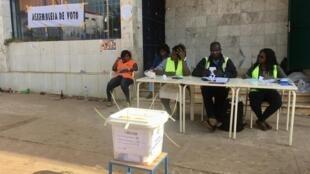 Deuxième tour de la présidentielle en Guinée-Bissau: les assesseurs de ce bureau de vote en plein air à Bissau attendent les électeurs, dimanche 29 décembre 2019.