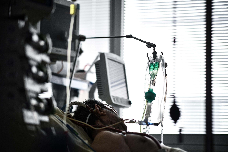 Un paciente de covid-19 con respiración asistida permanece en la unidad de reanimación del hospital Europeo Georges Pompidou, el 6 de abril de 2021 en París