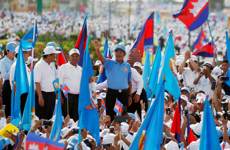Thủ tướng Cam Bốt Hun Sen (áo xanh) trong cuộc mít tinh tranh cử cuối cùng ngày 27/07/2018.
