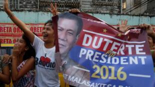 Rodrigo Duterte est candidat à la présidentielle. Ici, des partisans passent lors de la campagne électorale à Malabon, aux Philippines, 27 avril 2016.