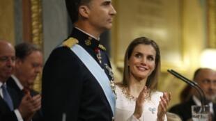 La reine Letizia et le nouveau roi espagnol Felipe VI, lors de sa prestation de serment devant le Congrès, le 19 juin 2014.