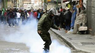 Les manifestants lancent des gaz lacrymogènes contre la police à la Paz, le 16 mai 2013.